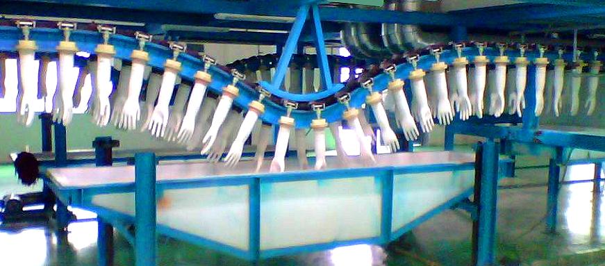 Фото Производство латексных перчаток. Погружение в ванну с латексом фарфоровых форм